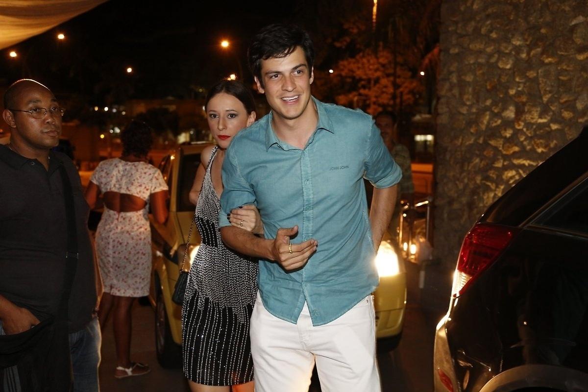 31.jan.2014 - Mateus Solano e Paula Braun chegam à churrascaria para acompanhar o último capítulo de