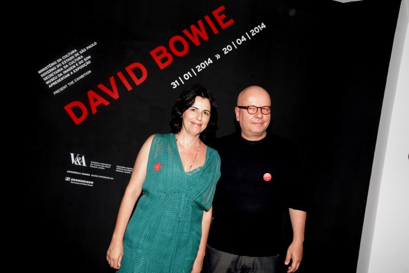 31.jan.2014 - O apresentador Marcelo Tas e a esposa no coquetel de abertura da exposição