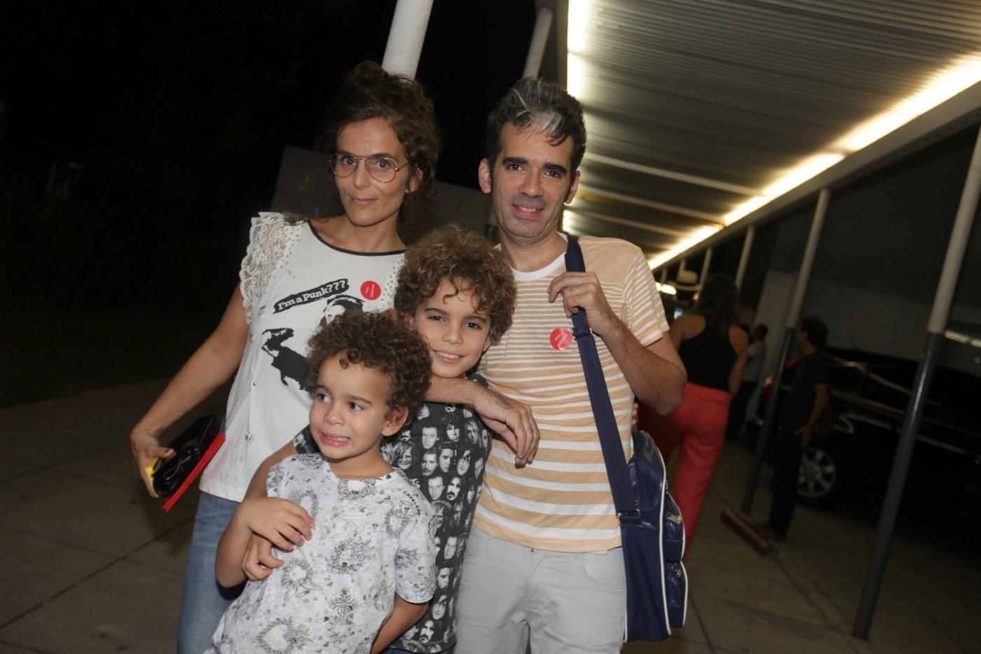 31.jan.2014 - O músico Max de Castro e sua família no coquetel de abertura da exposição