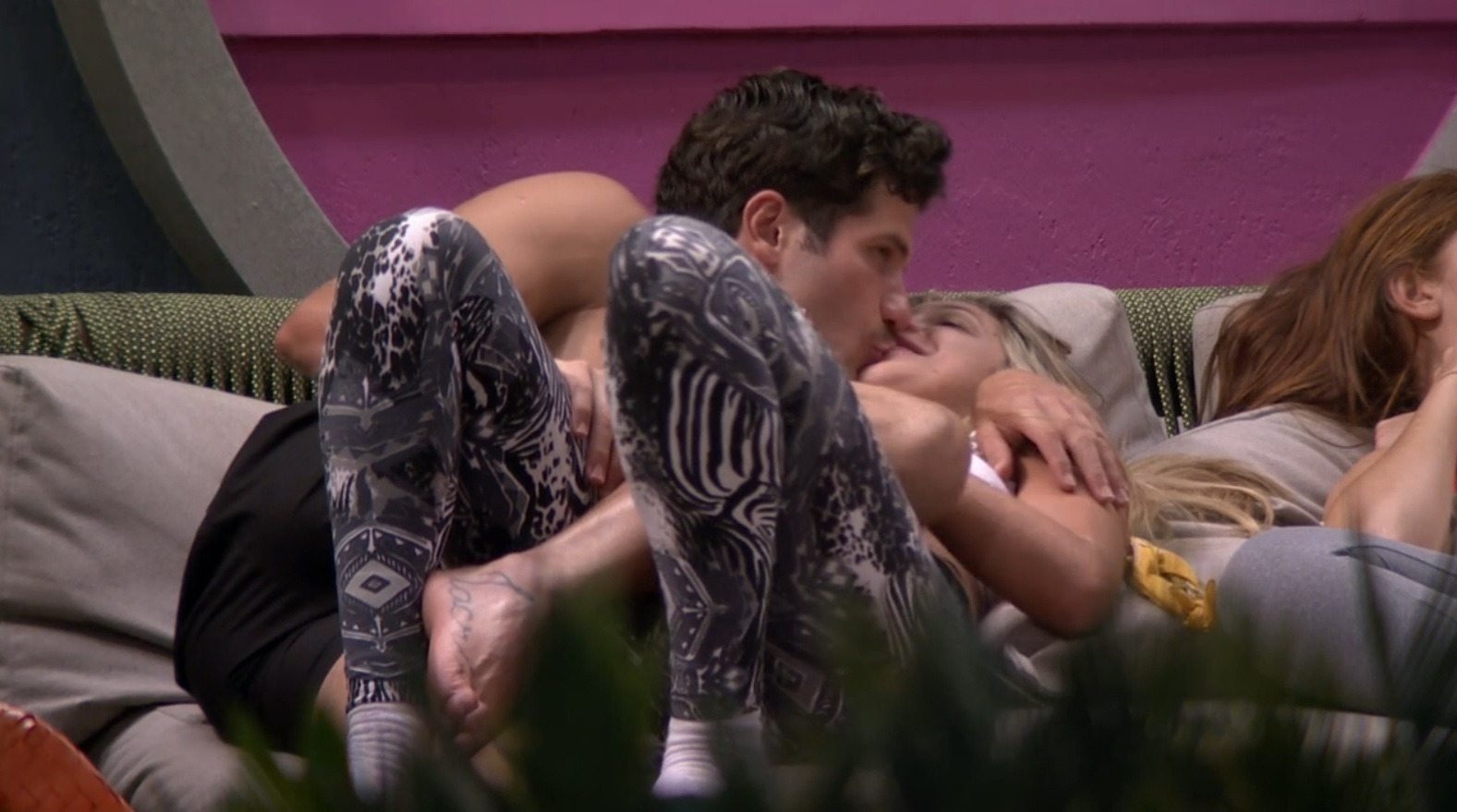31.jan.2014 - Roni revela para Tatiele que Rodrigo tentou empurrá-lo para Aline. Mais cedo, a miss contou para as amigas que sente ciúme de Aline
