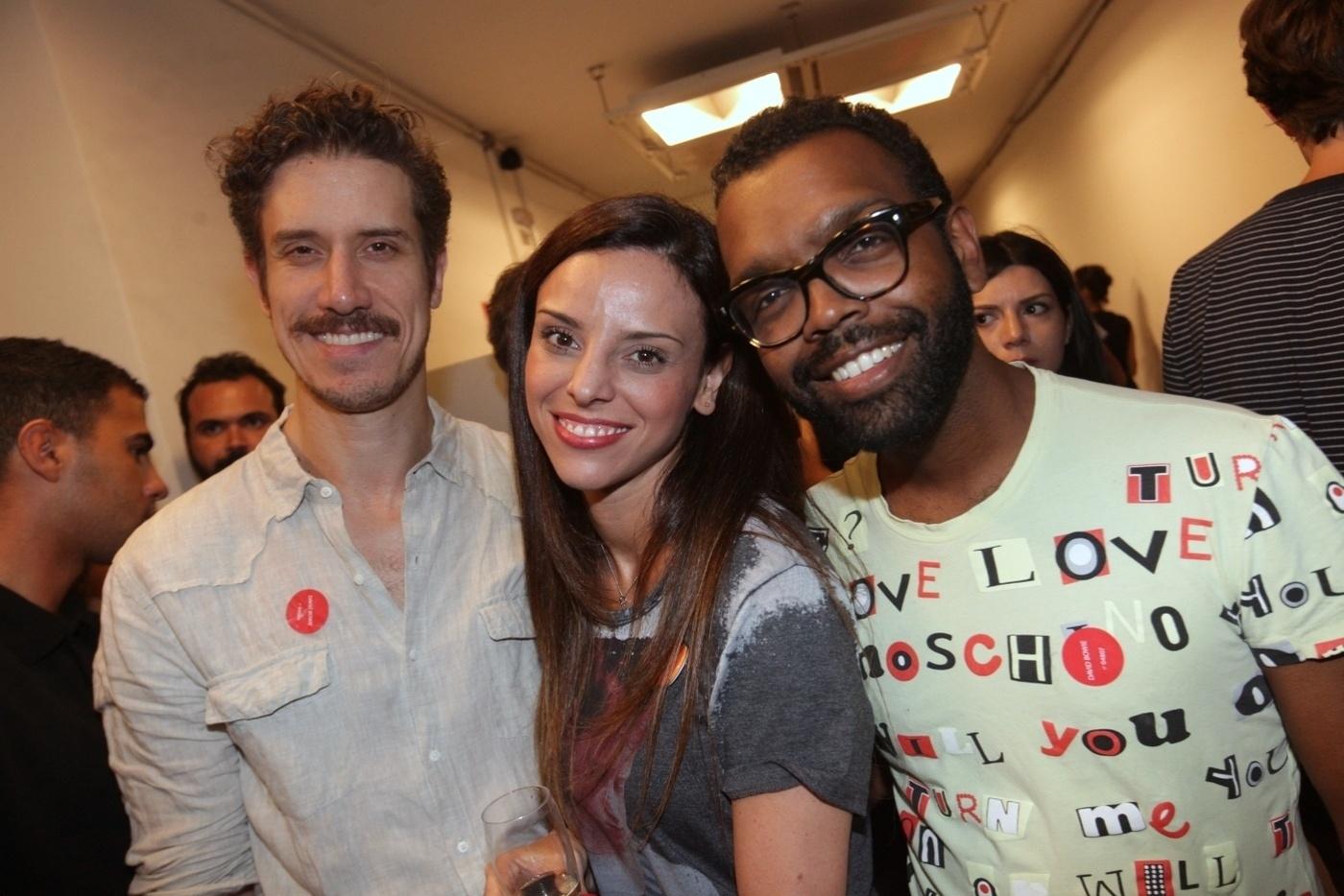 31.jan.2014 - Theodoro Cochrane e o músico Rodrigo Pitta no coquetel de abertura da exposição