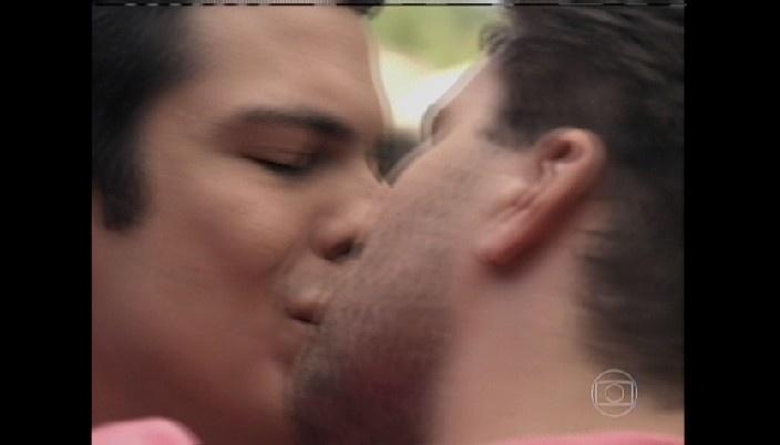 Félix e Niko se beijam