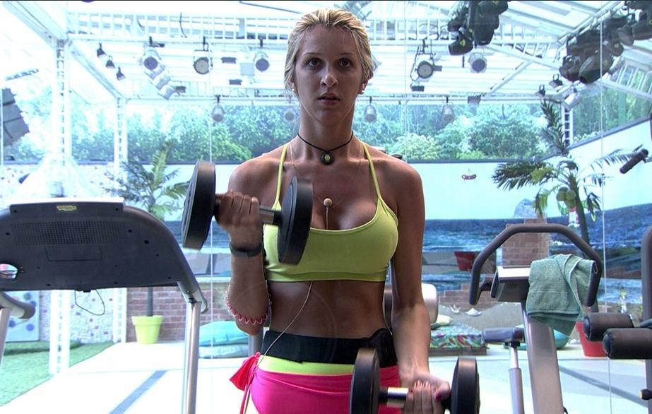 jan.2014 - Tatiele malha para manter o corpo sarado