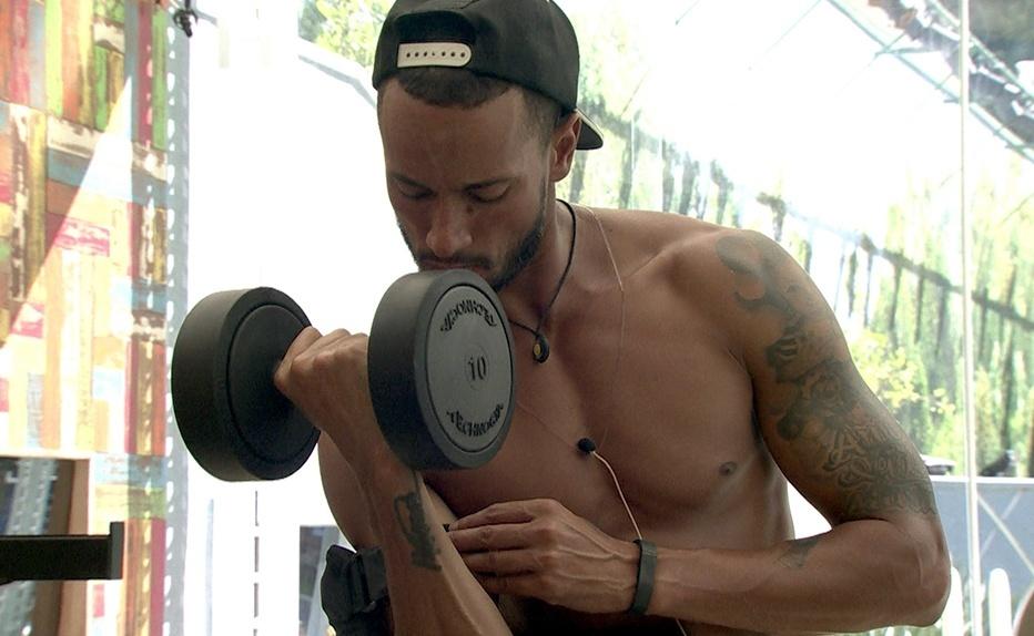 jan.2014 - Valter se concentra para malhar o bíceps