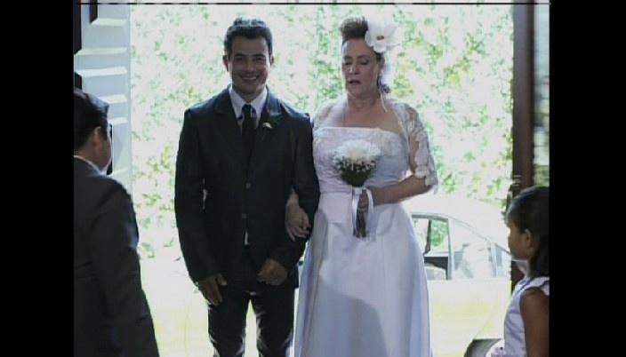 Márcia entra na igreja com Carlito