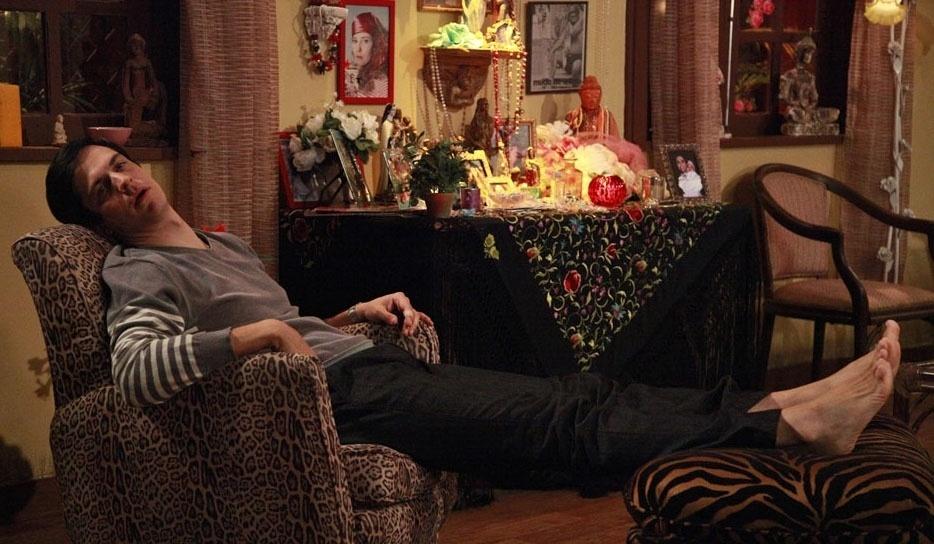 """Mateus Solano descansa na casa da personagem Márcia (Elizabeth Savalla) nos bastidores de """"Amor à Vida"""""""