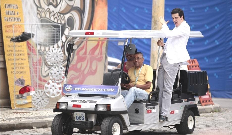 Mateus Solano faz graça em carro da produção no Projac, na Rede Globo