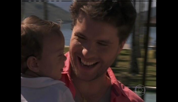 Niko brinca com filho