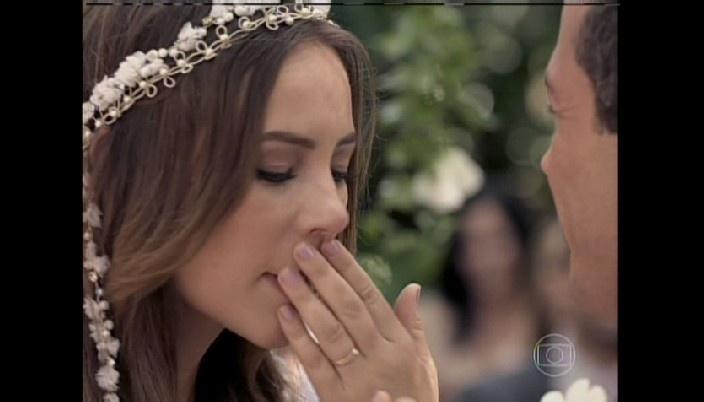 Paloma conta que está grávida e Bruno se emociona