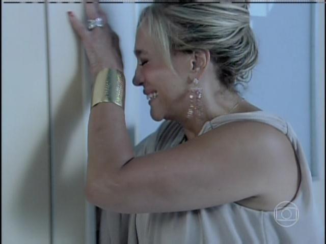 Pilar chora ao saber da saúde de César