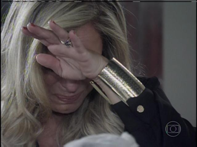 Pilar chora, pede perdão ao César e pede para criar o filho dele com Aline