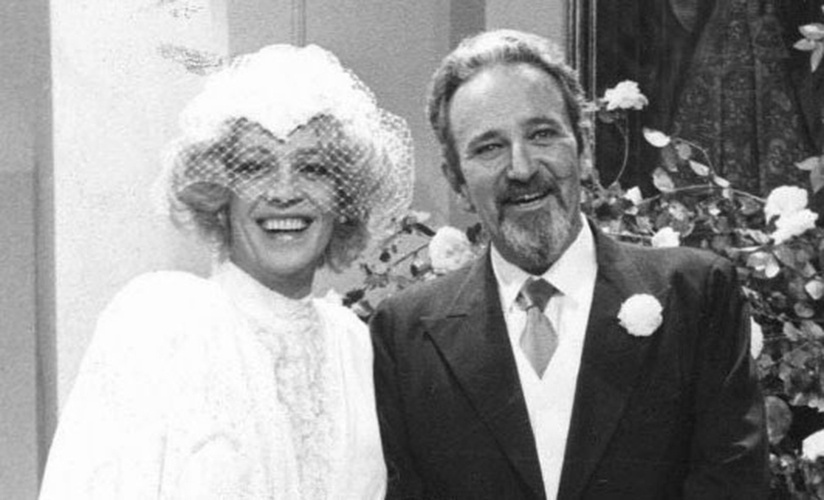 """""""Um Sonho a Mais"""" (1985): Ney Latorraca vivia Volpone, mas foi travestido de Anabela que ele deu um selinho em Pedro Ernesto (Carlos Kroeber) na novela da Globo"""