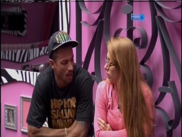 01.fev.2014 -  Aline e Valter conversam enquanto aguardar para raio-x
