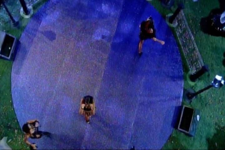 01.fev.2014 - Ao som do Kuduro, sisters dançam na pista da Festa Cats, que tem como cenário um cemitério