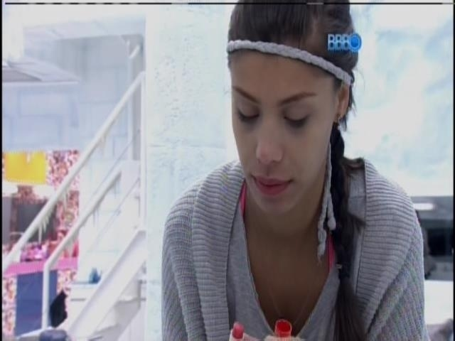 01.fev.2014 - Franciele se maquia para prova do anjo