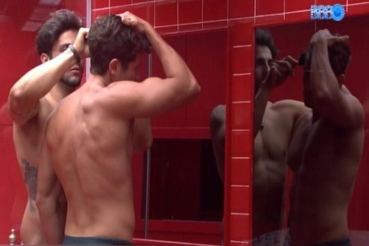 01.fev.2014 -  Junior apara o cabelo de Roni enquanto ele discute com Cássio