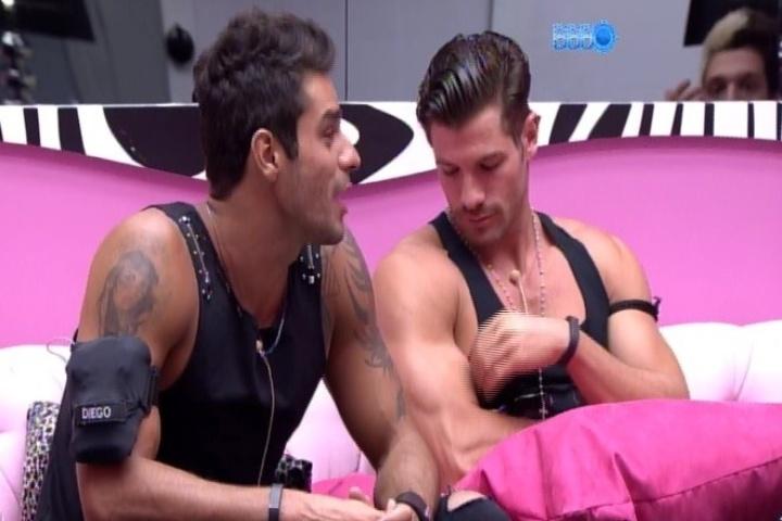 01.fev.2014 -  Roni e Diego aguardam o início da festa na sala da casa
