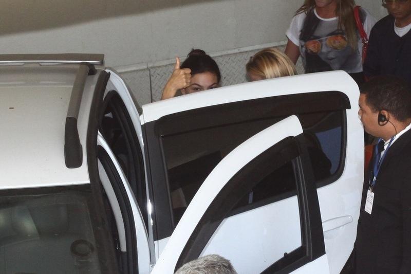 1.fev.2014 - Isis Valverde faz sinal de positivo para fotógrafos na saída de hospital