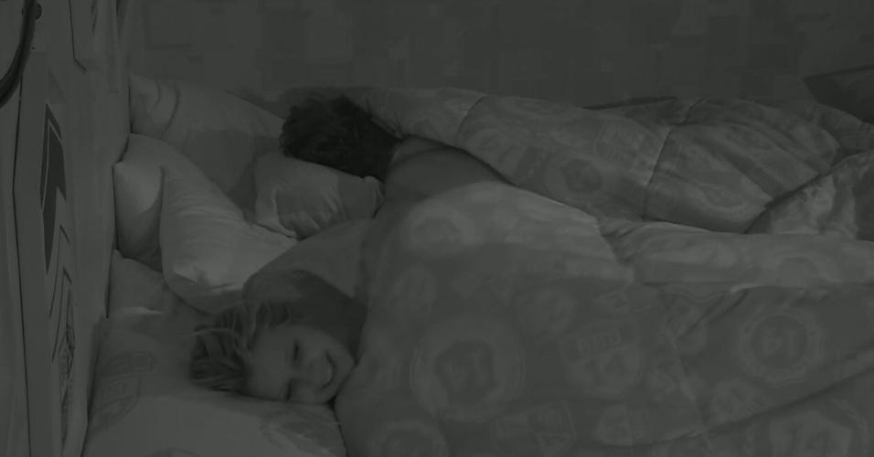 1º.fev.2014 - Roni e Tatiele se desentendem após o modelo perguntar se ela gostaria de namorar com ele fora da casa.