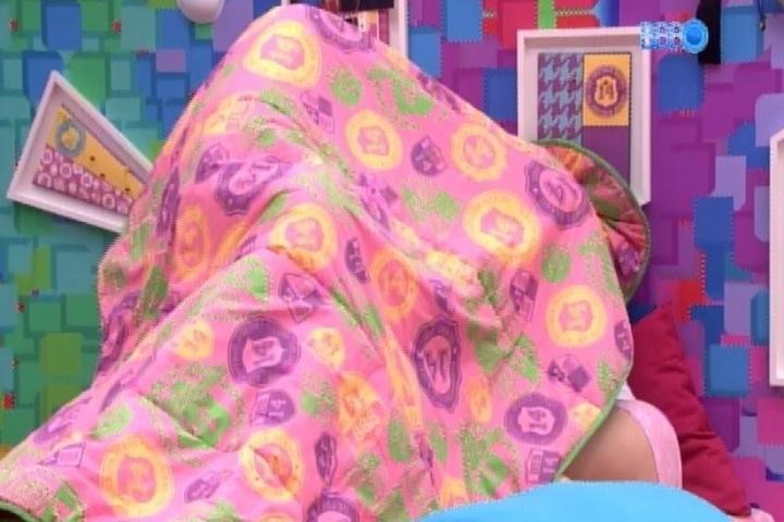1º.fev.2014 - Tatiele se troca debaixo do edredom com Clara. A stripper elogia os seios da miss: Que lindo, que bonito!