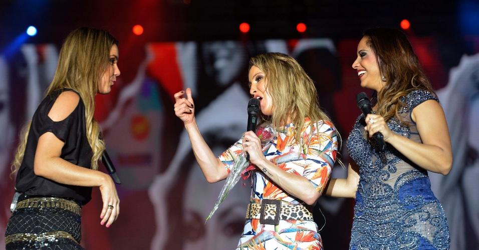 31.jan.2014 - Claudia Leitte se apresenta com as convidadas Carla Cristina e Catê na terceira noite do Festival de Verão de Salvador