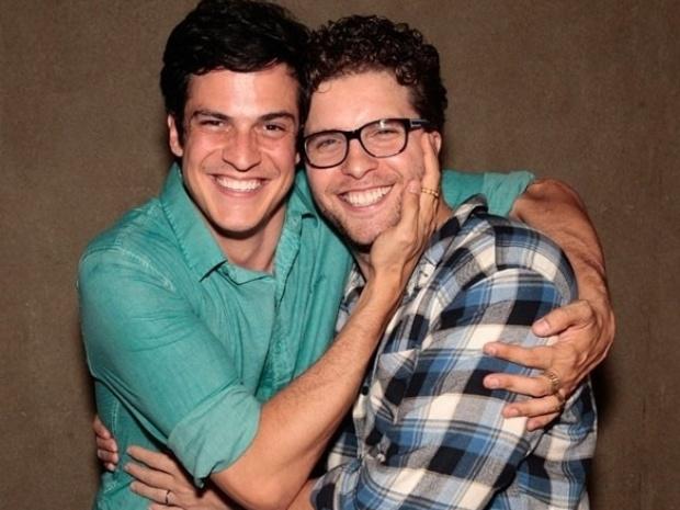 31.jan.2014 - Mateu Solano e Thiago Fragoso se abraçam após a cena em que Félix e Niko se beijam em