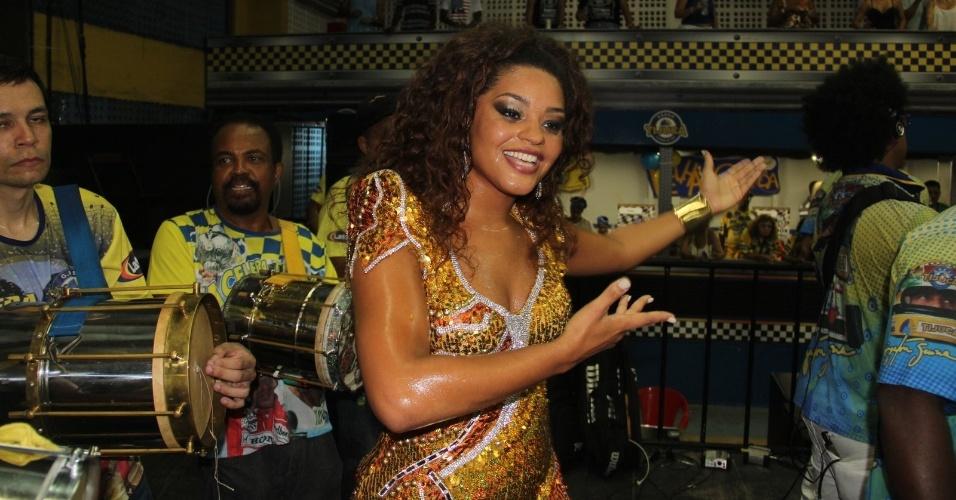 1.fev.2014 - Juliana Alves comparece ao ensaio na quadra da Unidos da Tijuca