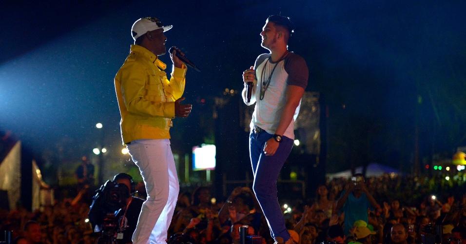 1.fev.2014 - Luan Santana recebe como convidado o cantor Márcio Vitor, da banda Psirico, no Festival de Verão