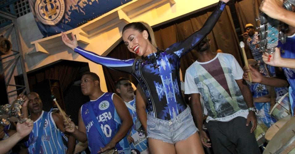 1.fev.2014 - Rainha de bateria da escola de samba, Sabrina Sato samba no ensaio da Vila Isabel