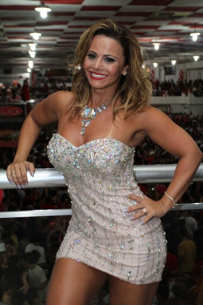 1.fev.2014 - Viviane Araújo samba muito no ensaio técnico da Salgueiro, no Rio de Janeiro