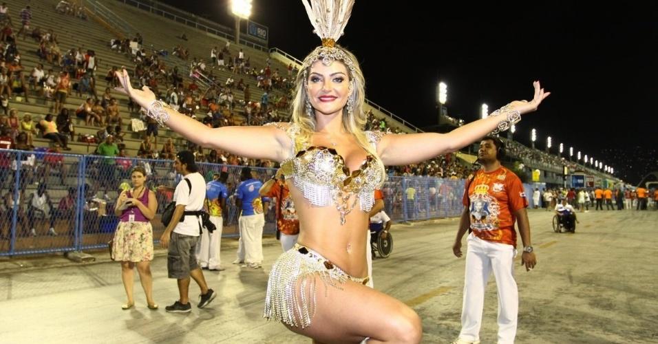 1.jan.2014 - Laura Keller, rainha da bateria da  Inocentes de Belford Roxo, samba no ensaio da escola na Marquês de Sapucaí