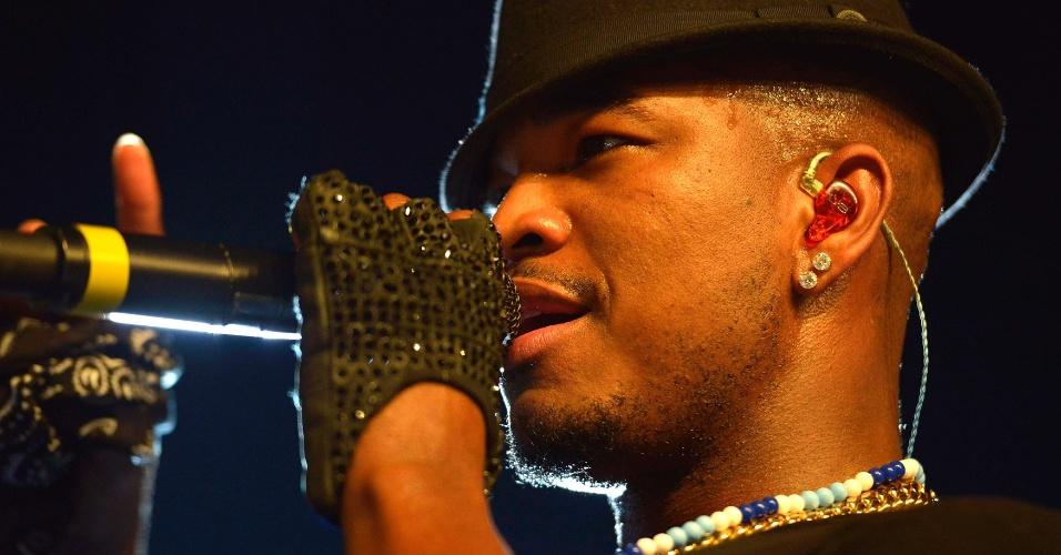 1.jan.2014 - O rapper Ne-Yo veste bandeira da Bahia na última noite do Festival de Verão, em Salvador