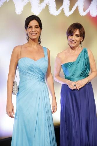"2.fev.2014 - Helena Ranaldi e Natália do Vale na festa da novela ""Em Família"""