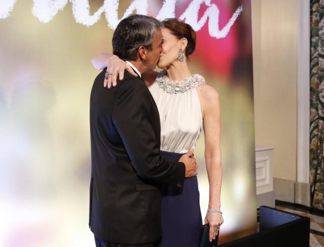 """2.fev.2014 - Julia Lemmertz ganha beijo do marido, Alexandre Borges, na festa da novela """"Em Família"""""""