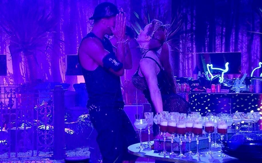 01.fev.2014 - Aline e Valter se divertem na festa Cats