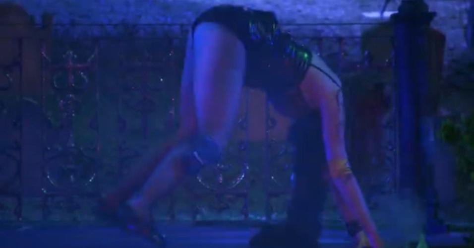 01.fev.2014 - Amanda dança até o chão na pista de dança
