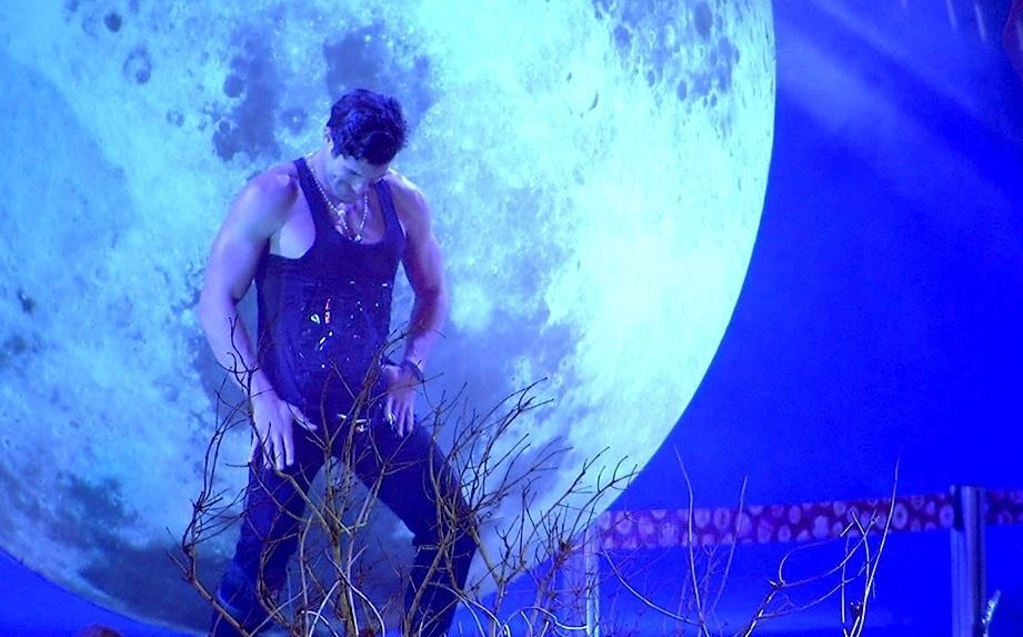 01.fev.2014 - Roni sensualiza em frente à lua cenográfica montada para a festa