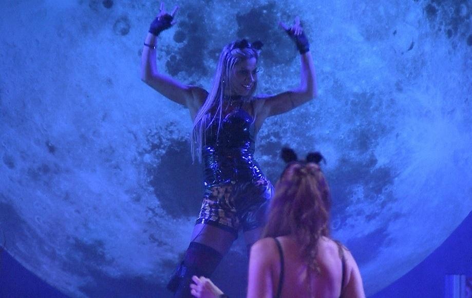 01.fev.2014 - Vanessa dança animada e Amanda observa a sister