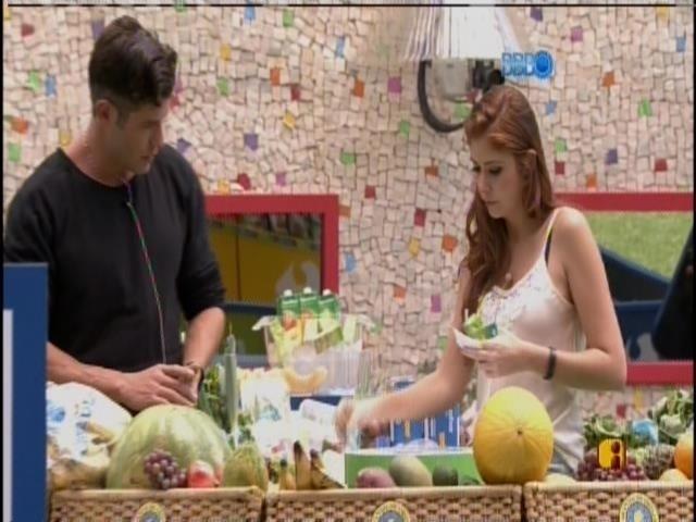 03.fev.2014 - Roni e Amanda compraram pães, carnes e frutas
