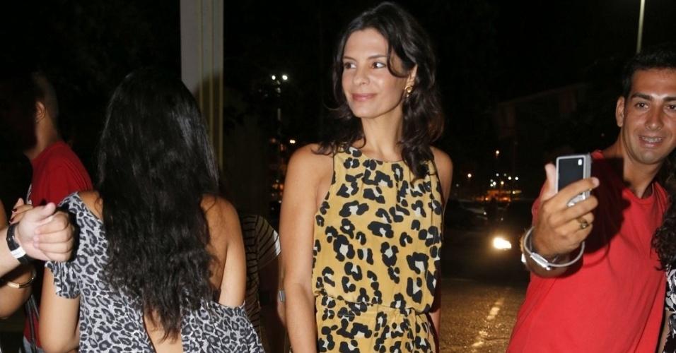 """2.fev.2014 -  Helena Ranaldi, que interpreta Verônica na novela, confere estreia de """"Em Família"""" com elenco"""