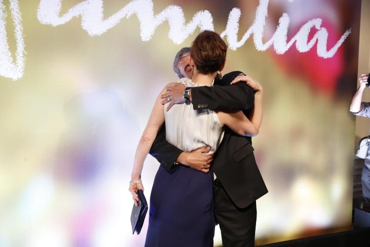"2.fev.2014 -  Júlia Lemmertz e Alexandre Borges se beijamna festa da novela ""Em Família"""
