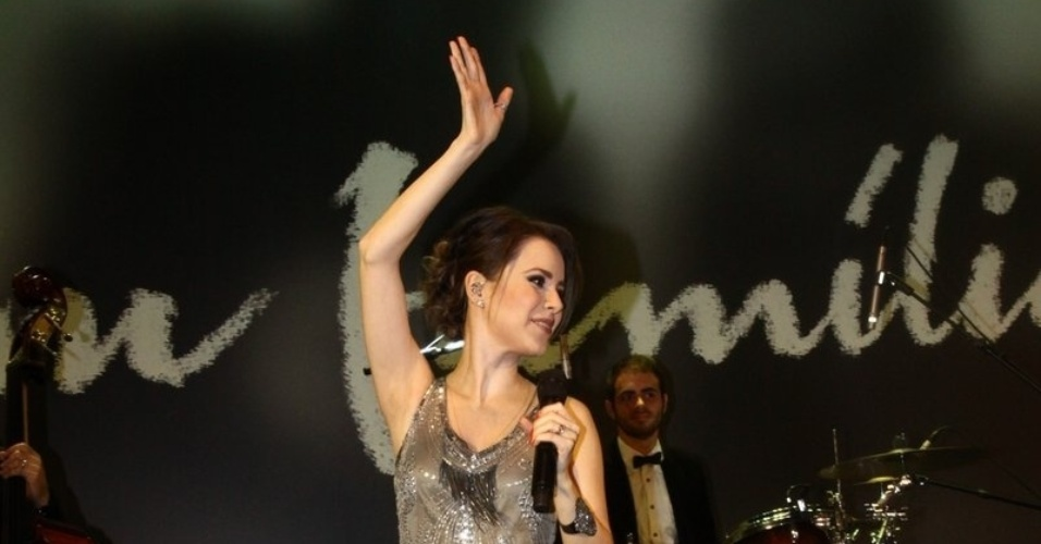 2.fev.2014 - Sandy canta na festa da novela