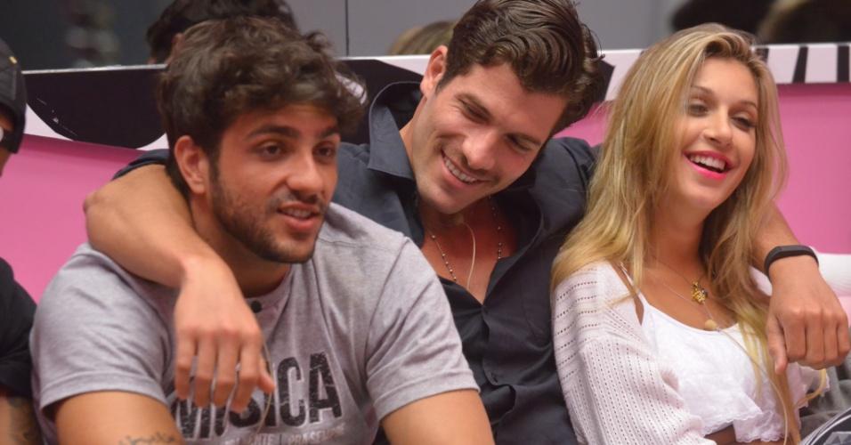 30.jan.2014 - Junior, Roni e Tatiele aguardam o contato de Bial
