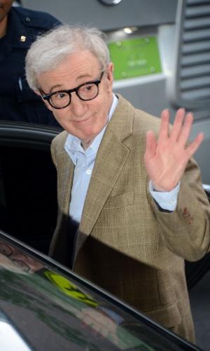 30.jun.2012 - Woody Allen acena ao fim da cerimônia de casamento de Alec Baldwin e Hilaria Thomas na St. Patrick's Old Cathedral, em Nova York