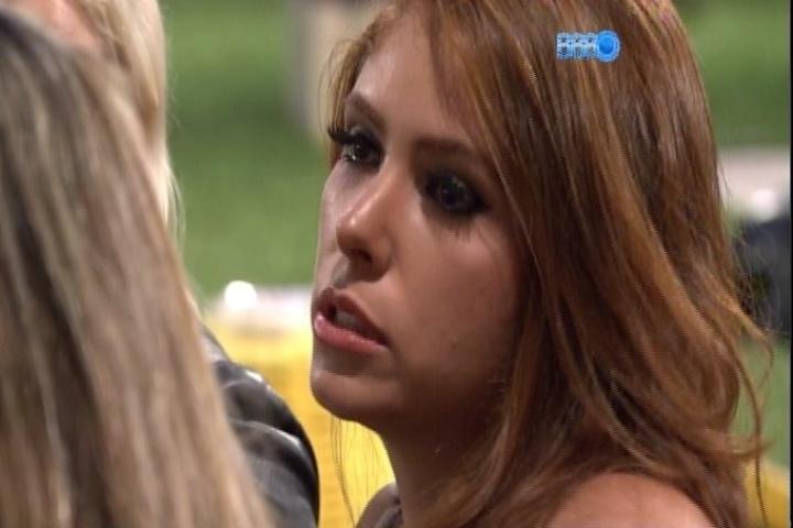3.fev.2014 - Amanda se emociona ao falar sobre a possibilidade de ser eliminada. Ela enfrenta o sétimo paredão desta edição com Marcelo e Vanessa
