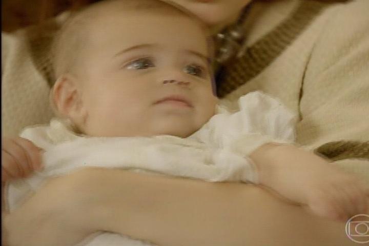 3.fev.2014 - Helena é batizada logo nas primeiras cenas da novela