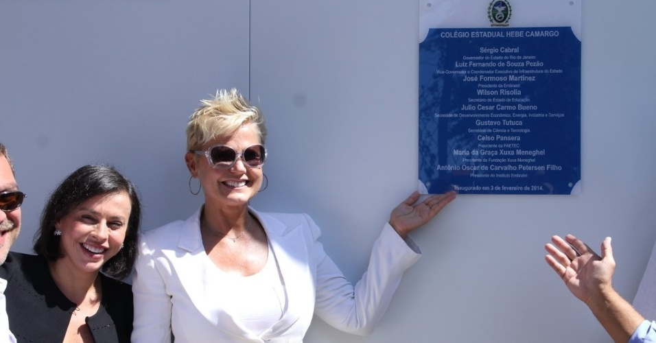 3.fev.2014 - Xuxa participou da inauguração de uma escola com o nome de Hebe Camargo, na manhã dessa segunda-feira (3), em Guaratiba, no Rio de Janeiro.
