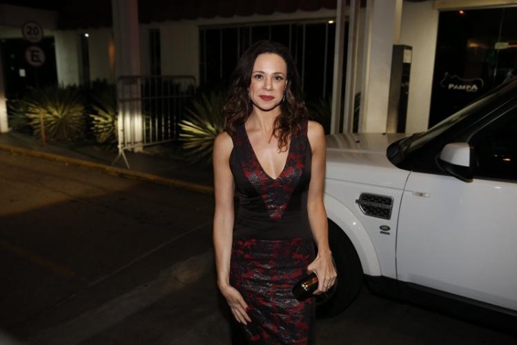03.fev.2014- Vanessa Gerbelli chegou sorridente para assistir a novela