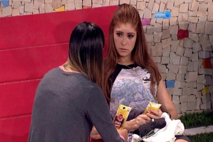 04.fev.2014 - Amanda aconselha Letícia a tomar cuidado com Angela. Segundo ela, a advogada é estrategista e está focada no jogo