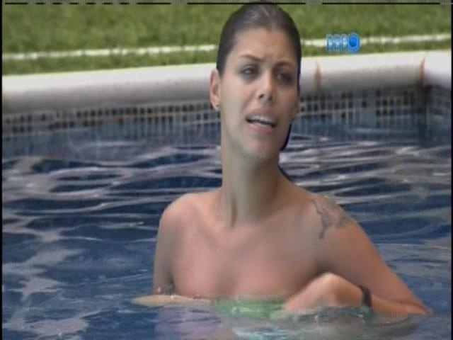 04.fev.2014 - Franciele aproveita a piscina sozinha
